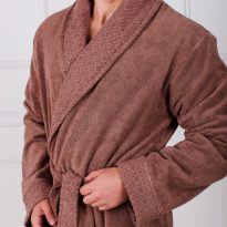 Фото 13 - Мужской махровый халат с жаккардовой отделкой, воротник шалька.
